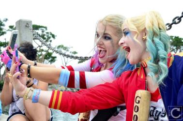san-diego-comic-con-2016-cosplay-outtakes-16-harley-quinn-selfie-suicide-squad