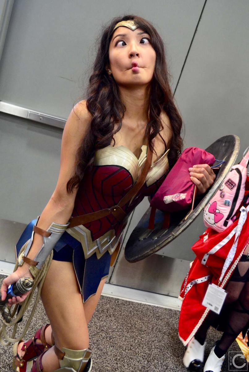 san-diego-comic-con-2016-cosplay-outtakes-32-wonder-woman