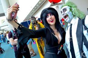 san-diego-comic-con-2016-cosplay-outtakes-52-elvira-beetlejuice-selfie